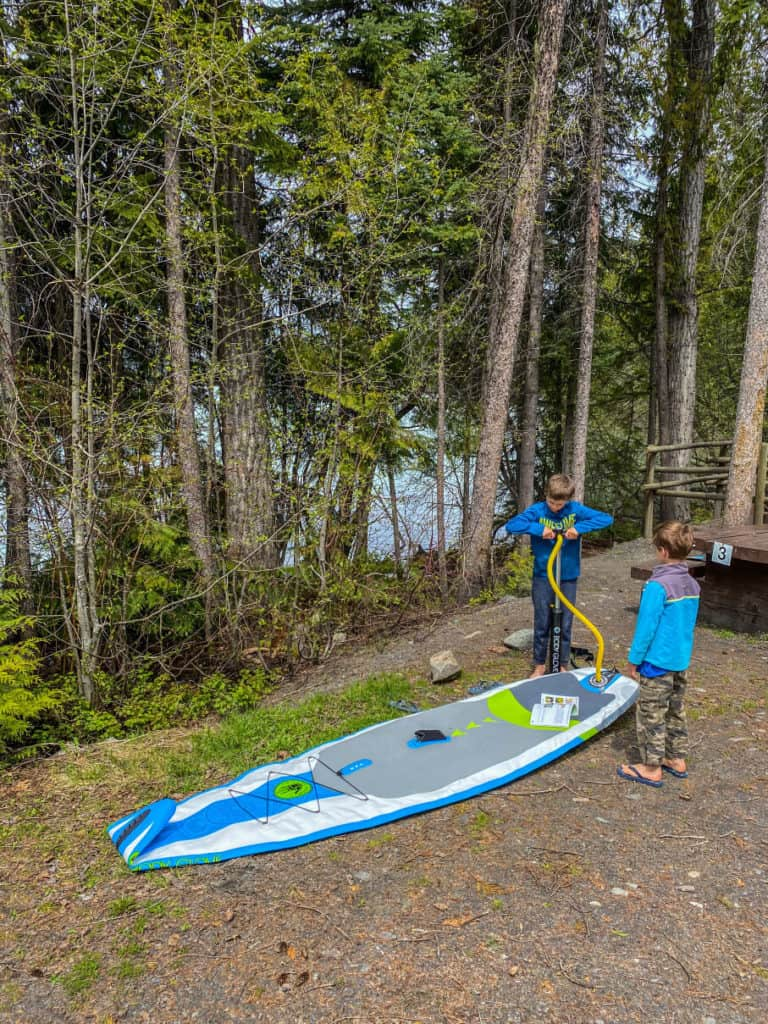 setting up inflatable paddle board